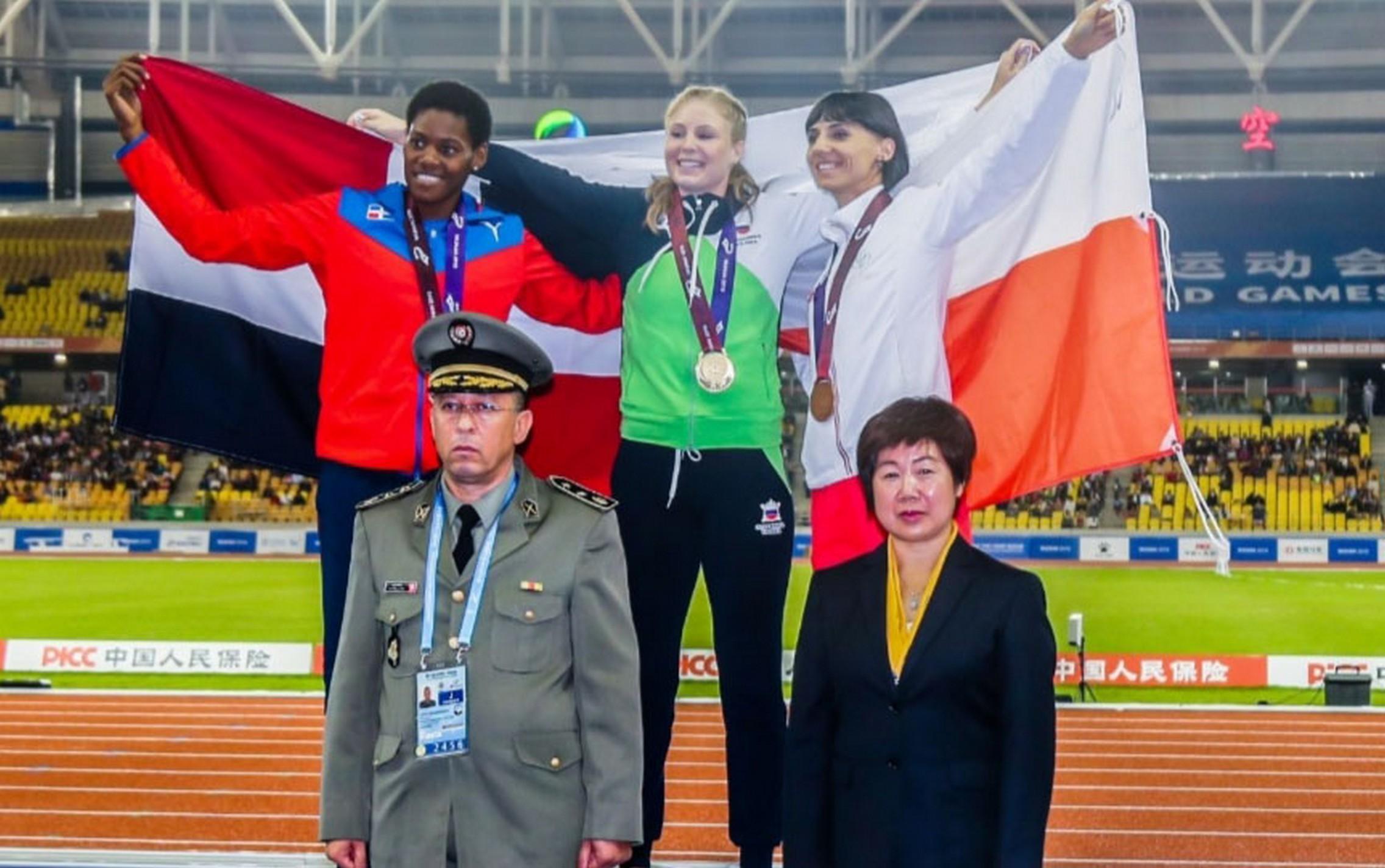 Marileidy Paulino (izquierda), Maja Mihaline (centro) y Anna Kielvasinska luego de ser premiados